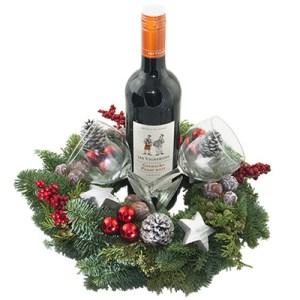 Fles rode wijn met gedecoreerde kerstkrans en twee wijnglazen bestellen of bezorgen online