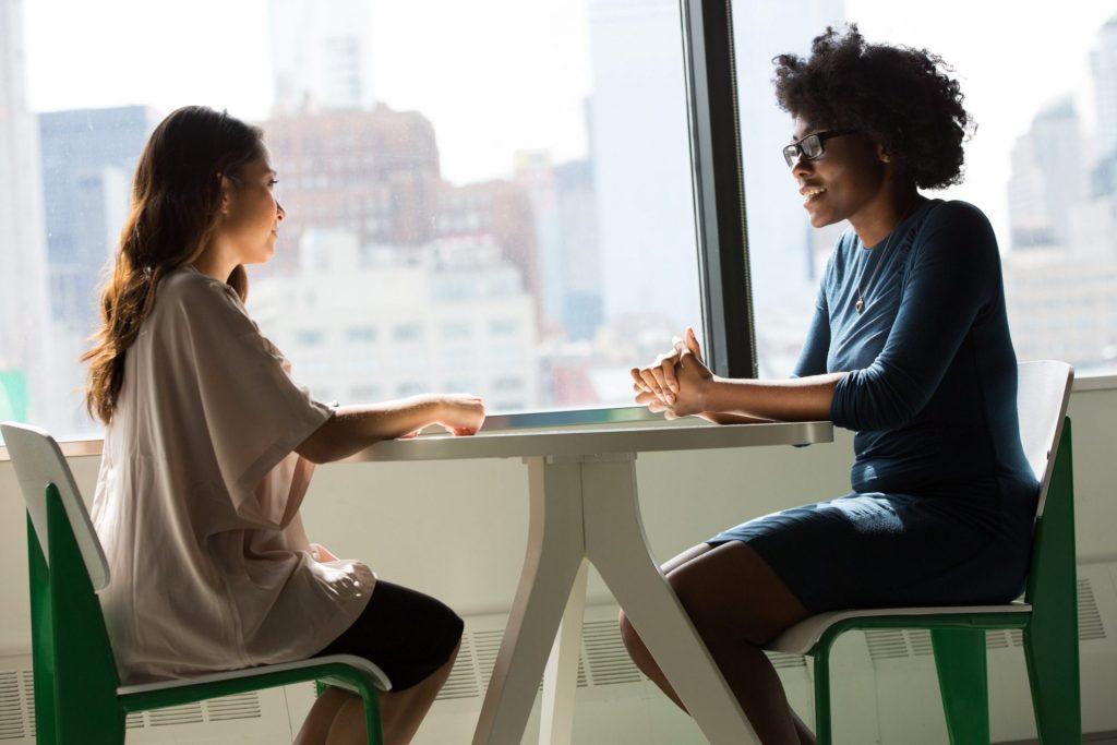 Duas pessoas exercendo uma comunicação corporativa.