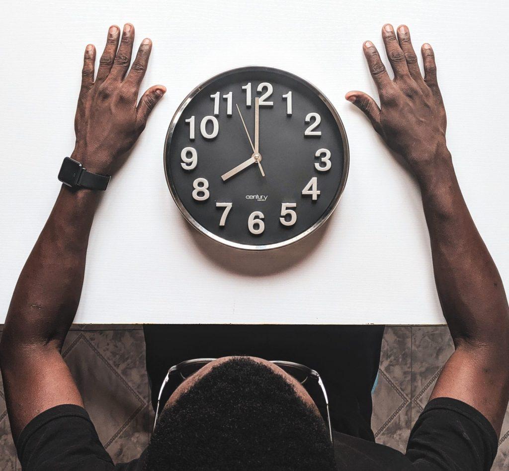 Homem com um relógio em cima da mesa