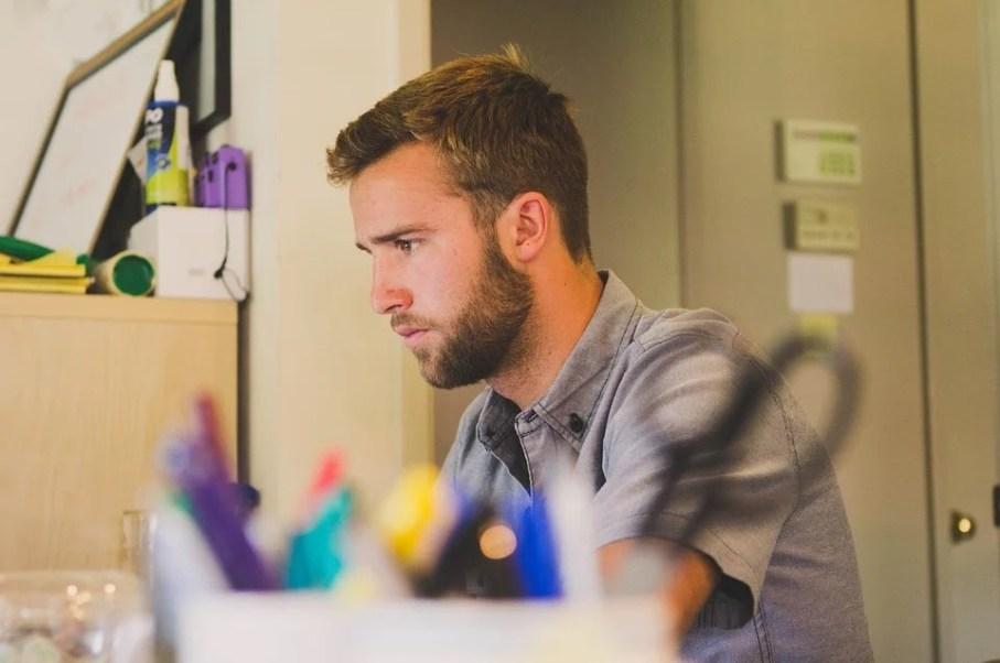 Homem concentrado no trabalho