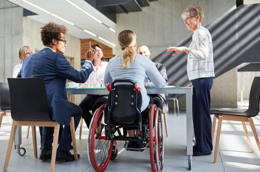 Pessoas conversando em uma mesa.