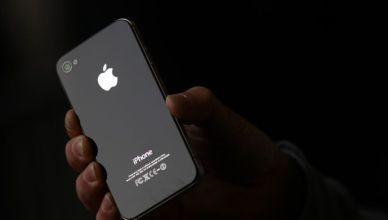 Iphone noir tenu par une main