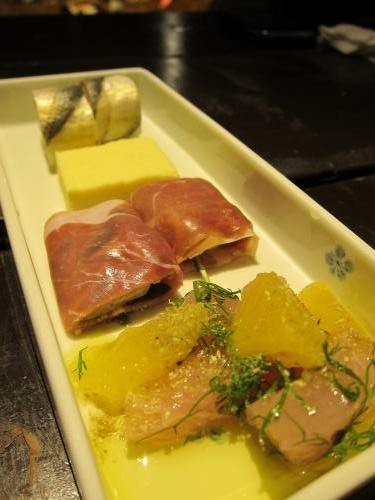 前菜(ボンタンカンパチと柑橘のサラダ、スモーク牡蠣と生ハム、コハダの棒寿司)