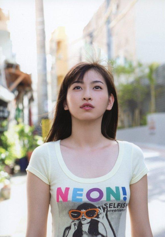 Tシャツを着た植村あかりの着衣巨乳グラビア