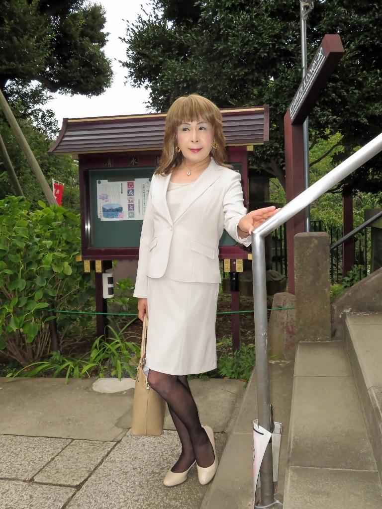 上野公園ベージュスーツ(5)