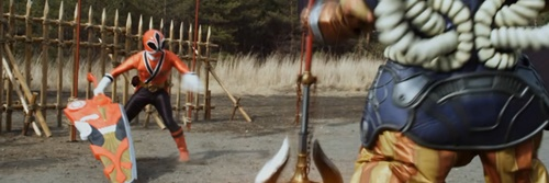 戦隊ヒーローのシンケンレッドが敵陣に乗り込んでやられるピンチ