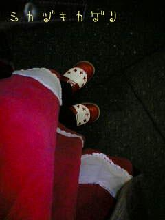 ちなみに靴もサンタ配色