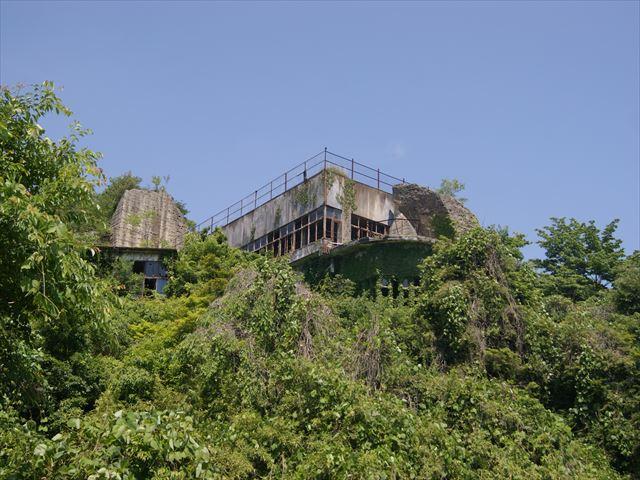 Здание построено в скалах.