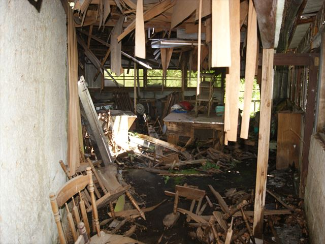 сломанная мебель