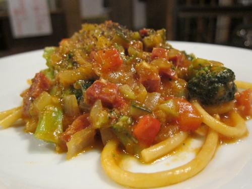 夏野菜とイベリコチョリソーのブッカティーニ