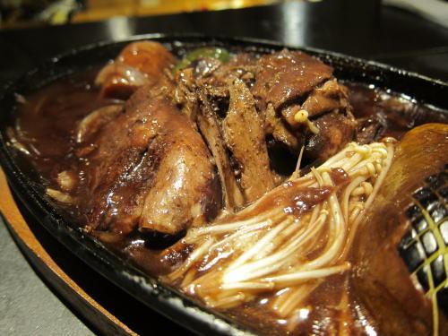 北海道産巣のホワイトチェルバリー鴨モモ肉の赤ワイン煮込み
