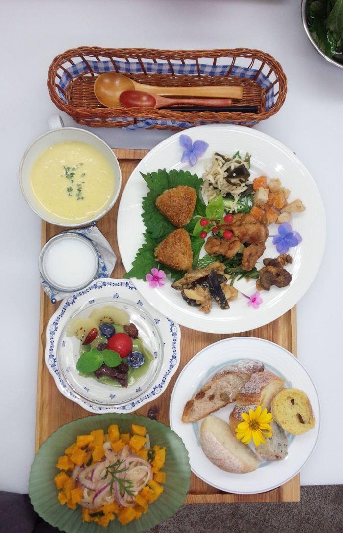 毎週木曜日は、野菜を中心としたマクロビオティック風の自然食のランチあり(完全予約制)