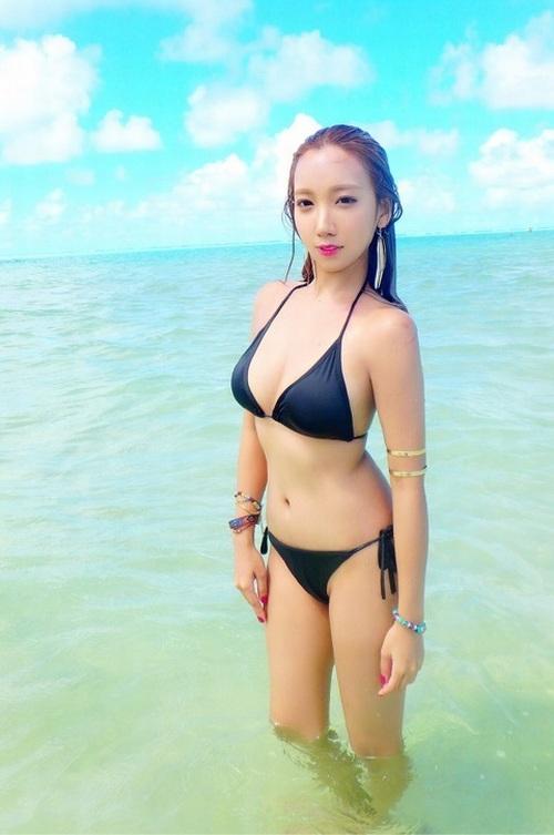 海でセクシーな黒いビキニを着たざわちん