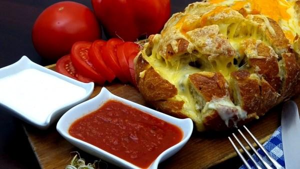 Chleb zapiekany z serem i pieczarkami