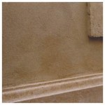 Enduit et soubassement en dalles de calcaire tendre