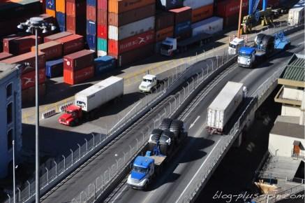 Les camions chargés, en route vers le port.