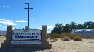 Panneau d'une école de Twentynine palms. Californie.