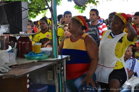 Des cuisinières de cantines de rue, regardant le match Jour Colombie - Côte d'Ivoire