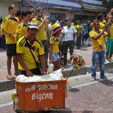 Marchand ambulant d'eau après la victoire de la Colombie face à la Côte d'Ivoire