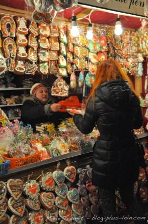 Vendeuse sur un marché de Noël.