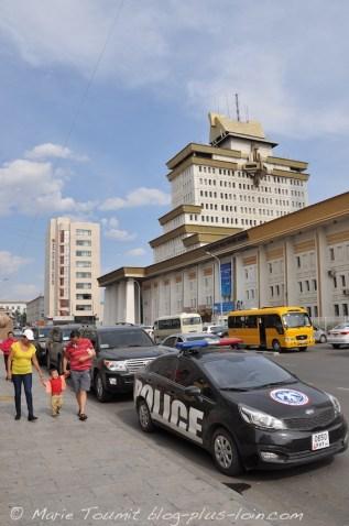 Un VIP s'est engouffré dans l'hôtel en deux secondes, sa voiture encadrée par deux grosses voitures et la police.