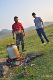 Le khorkhog sur le feu.