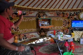 Mais on peut aussi boire du Coca sous la yourte (Mongolie).