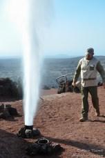 Un peu d'eau et un geyser de vapeur surgit dans les airs.