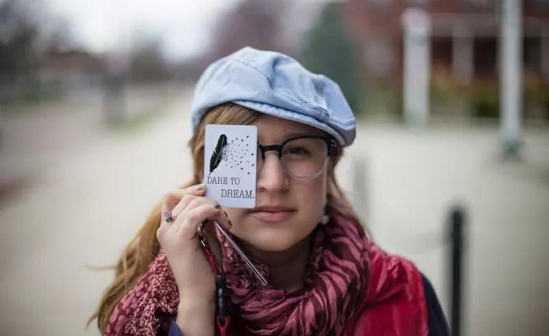 カードを持つ少女