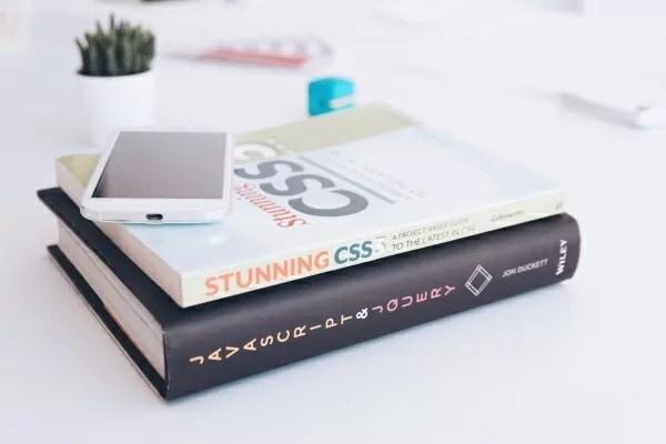 プログラミングの参考書とスマホの写真