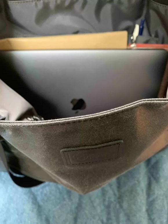 MacBook Airを入れた森野頒布トートの写真