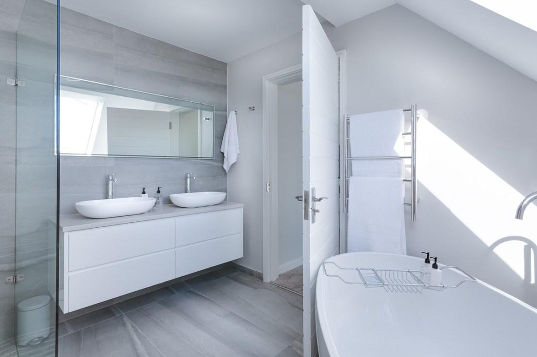 Tous nos conseils pour aménager une salle de bain mansardée