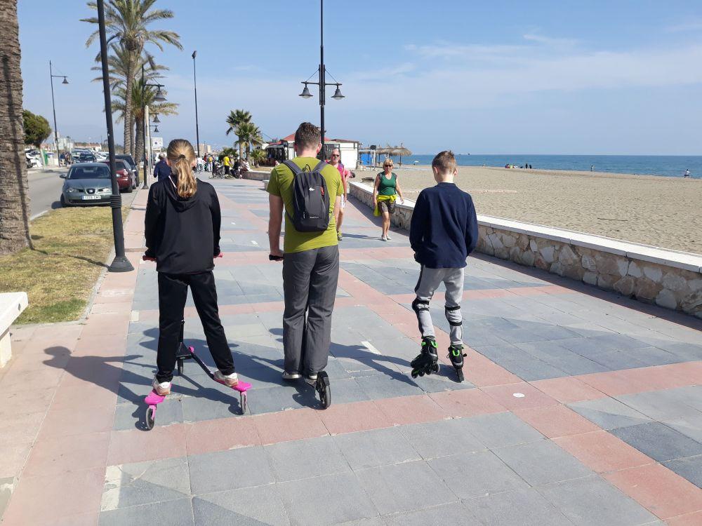 På strandpromenaden med løbehjul og rulleskøjter