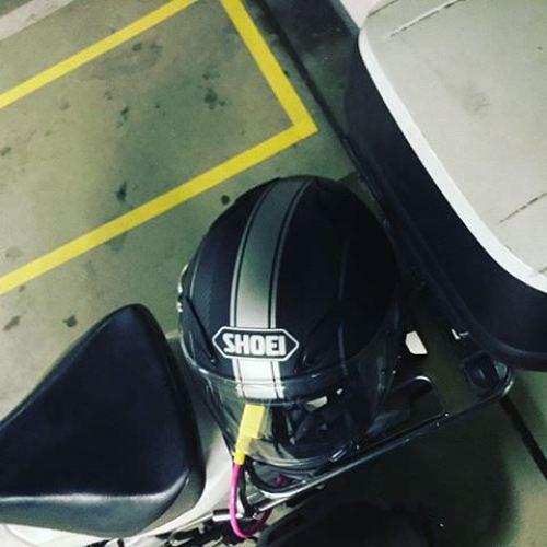#屋内駐輪場 とか #地下駐輪場 だと雨の心配しないで #荷台 に #ヘルメット を固定出来るから便利!冬場はかさばるジャケットとかを #リアボックス に入れちゃうからねー。 #カブ #cub #スーパーカブ #supercub #カブ110 #スーパーカブ110 #supercub110 #ja07 #ホンダ #honda #バイク #motorcycle #株主