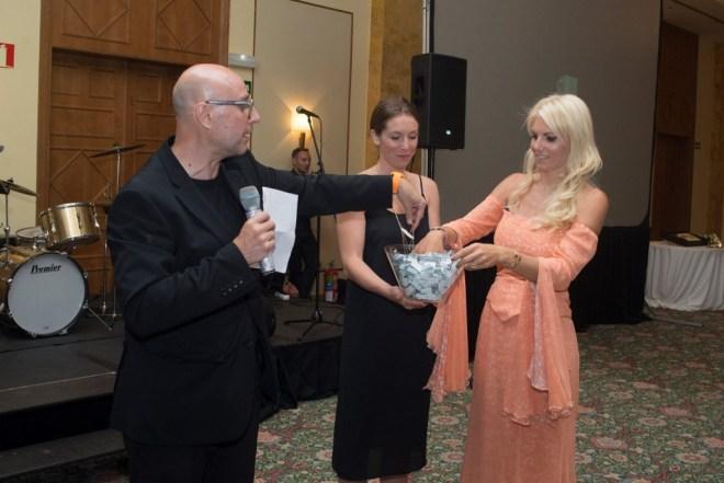 El presentador de la cena Jose Soldevila y la directora de Grant a Wish durante la extracción del primer número  - organización de eventos