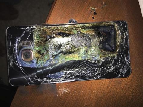発火して破損したサムスン電子のスマートフォン「ギャラクシーノート7」=米バージニア州(ショーン・ミンターさん提供、AP)