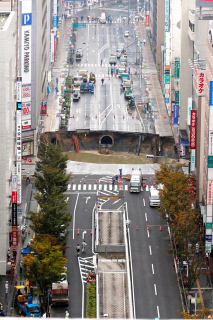道路いっぱいに広がる陥没=8日午前11時21分、福岡市博多区、小宮路勝撮影