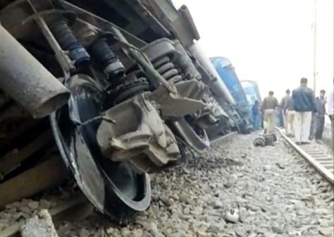 インド北部カンプール近郊で20日、脱線した列車=ロイター