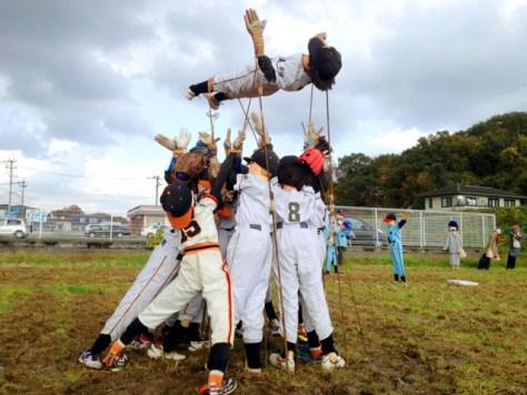 勝利の胴上げをする「かかし」=過去の「試合」から、久保井伸治さん提供