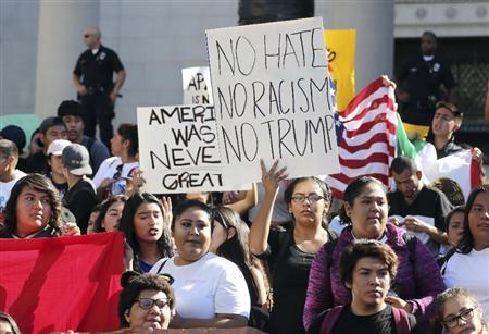 14日、米ロサンゼルスで大統領選で当選したトランプ氏への抗議デモに参加する高校生ら(AP)