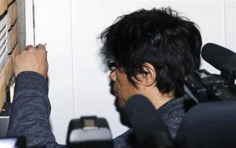 外出先から自宅に戻ったASKA容疑者=28日午後6時31分、東京都目黒区