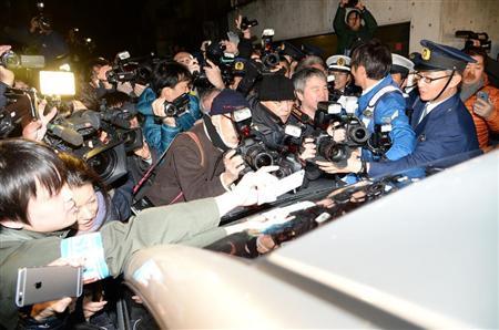 覚醒剤を使用したとして、ASKA容疑者を乗せた警察車両を多くの報道陣が取り囲んだ=28日午後、東京都目黒区(宮川浩和撮影)