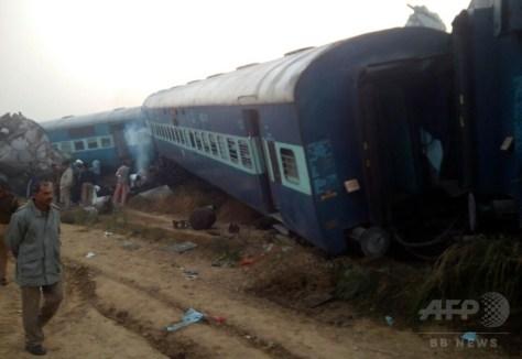 インド北部ウッタルプラデシュ州カーンプルで脱線した列車(2016年11月20日撮影)。(c)AFP