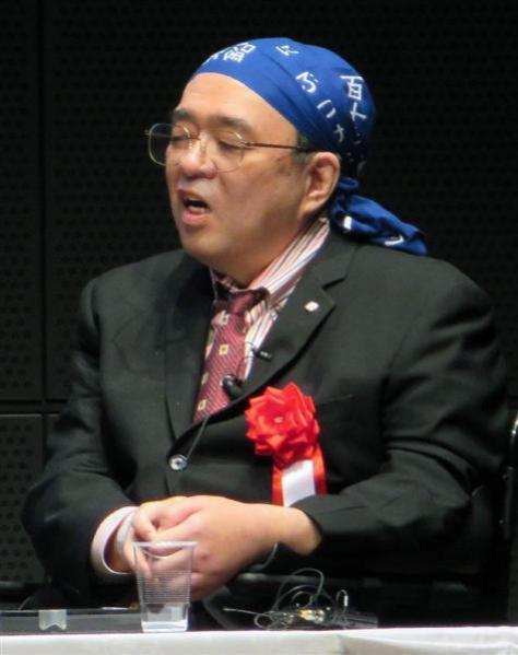 11月3日に都内で開かれた講演会で、「113番新元素手ぬぐい」をかぶった森田浩介氏(伊藤壽一郎撮影)