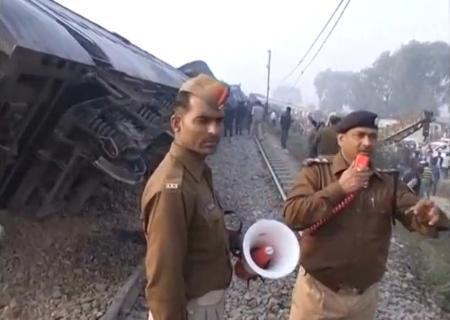 20日、インド北部カンプール近郊で起きた急行列車の脱線現場で指示する警察官の映像(ロイター=共同)