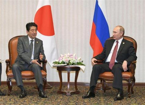 ロシアのプーチン大統領(右)と会談する安倍首相=19日、リマ(共同)