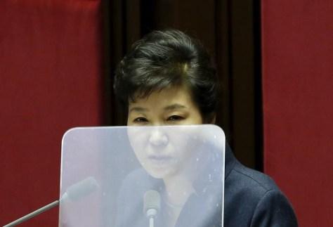 11月29日、韓国の朴槿恵大統領は、辞任の時期も含めた職務権限の放棄について議会に委ねる意向を示した。写真は国会で演説中の朴槿恵大統領。2月撮影(2016年 ロイター/Kim-Hong-Ji)