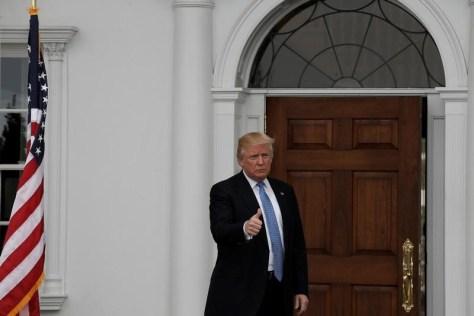 11月27日、ドナルド・トランプ次期米大統領は、ツイッターで、大統領選で不正に投票された数百万票を除けば、得票数でも民主党候補のヒラリー・クリントン氏に勝利したとコメントした。写真はニュージャージー州にあるトランプナショナルゴルフクラブ前で20日撮影(2016年 ロイター/Mike Segar)