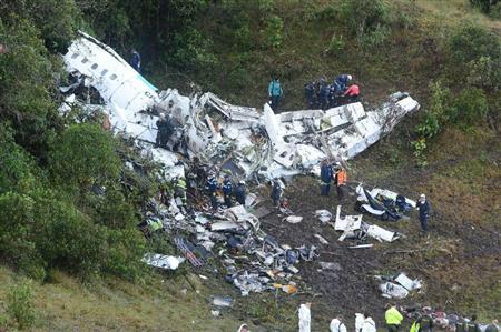 山肌に横たわる大破した機体。レスキュー隊による懸命の救出作業が行われた(AP)