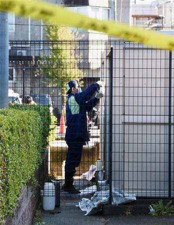 10代の女性従業員が刺されて倒れていた、パチンコ店の駐車場付近を調べる捜査員=11日午前10時32分、石川県野々市市